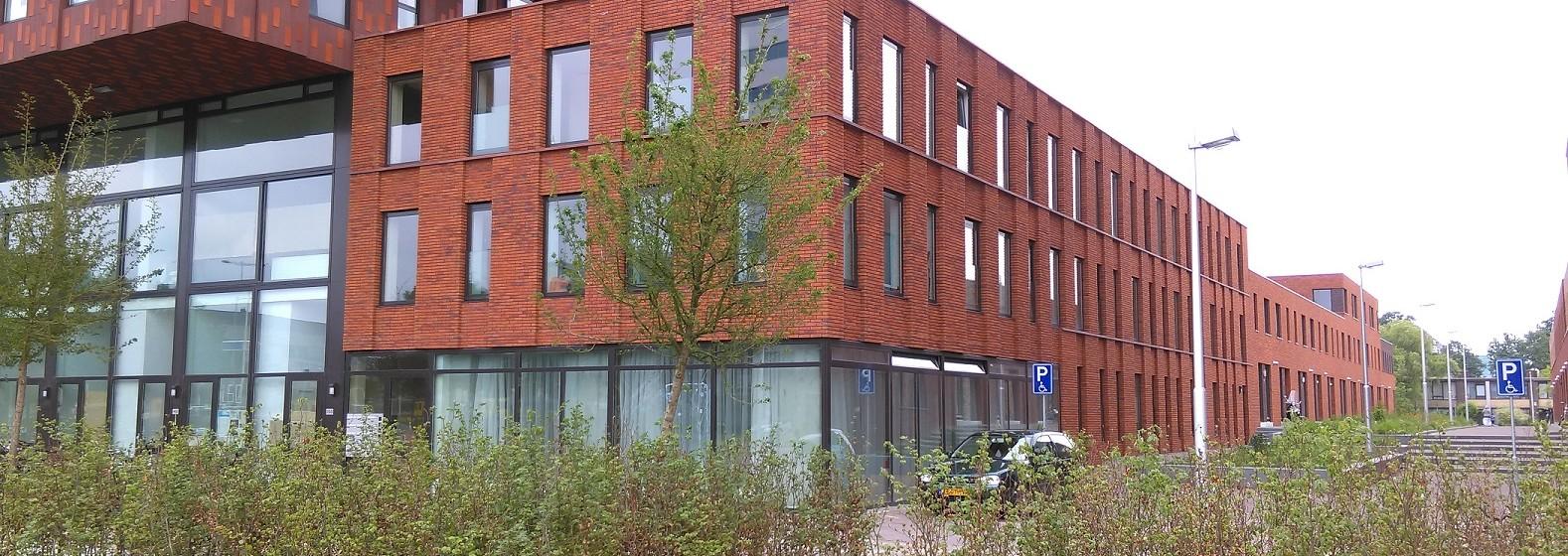3-laags appartementencomplex tussen   woonhuizen en hoogbouw de Verkenner.