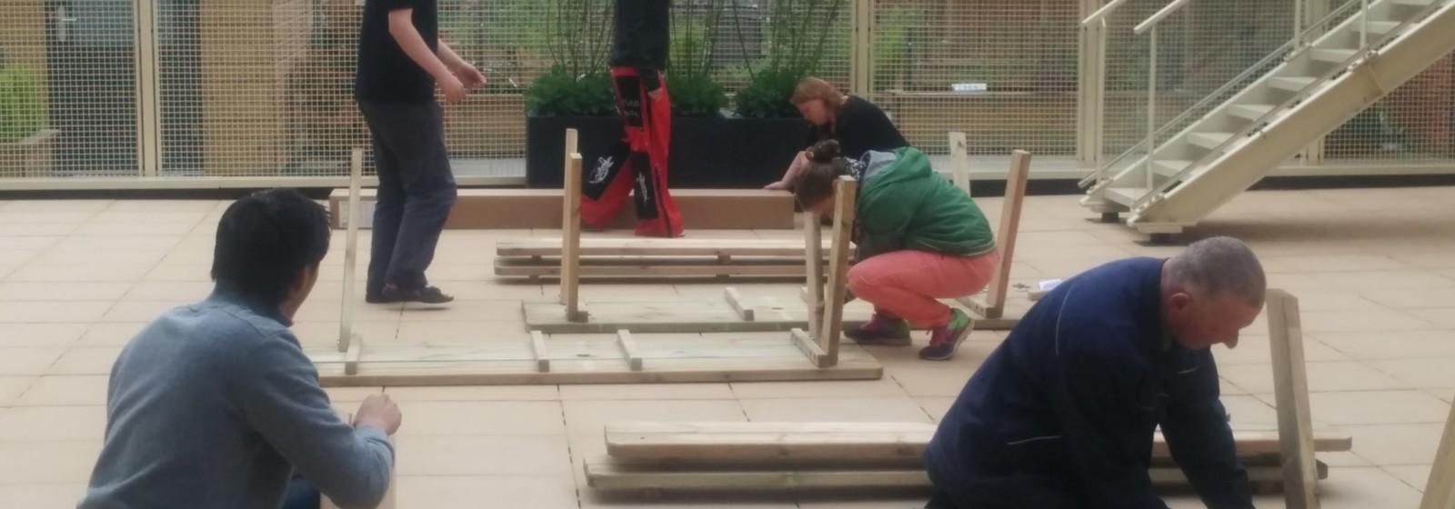 ouders en bewoners richten samen de binnentuin in